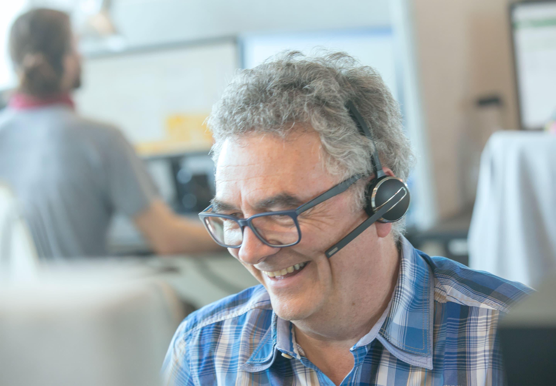 Mitarbeiter von OptimoBercher leistet Service per Telefon