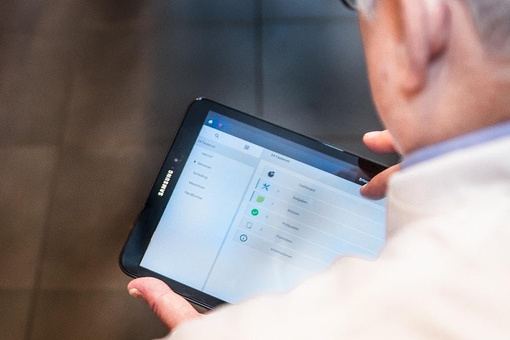Das Qualitäts- und Hygienemanagement AWENKOback auf einem Tablet